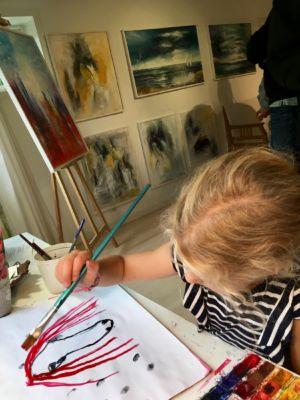 Kanske en blivande konstnär i mammas fotspår